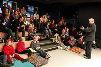 Kinderen luisteren naar schrijver Jan Terlouw in het kinderboekenmuseum in 2012. © ANP.